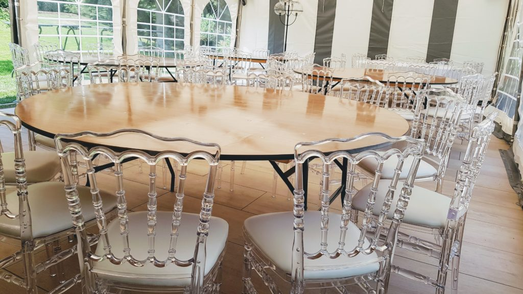 Tables rondes et chaises Napoléon Cristal